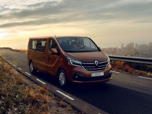 Im Herbst bringt Renault die Nutzfahrzeug-Modelle Trafic und Master mit einigen Neuerungen auf den Markt. Beim Master wurden Front und Innenraum überarbeitet. Zudem wird der in mehreren Leistungsstufen erhältliche 2,3-Liter-Diesel sparsamer. Beim Trafic ersetzt ein 2,0-Liter-Diesel den bisherigen 1,6er. Künftig gibt es zudem Voll-LED-Scheinwerfer und Automatik.