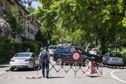 In einem Mehrfamilienhaus in Zürich fielen die tödlichen Schüsse. Die Polizei sperrte die Gegend rund um das Haus großräumig ab. APA/Keystone