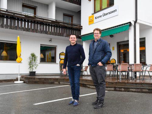 """In Übersaxen hat es geklappt: Michael Dinicu (l.) übernimmt die """"Krone"""". Bgm. Rainer Duelli freut's. VN/Lerch, Volare"""