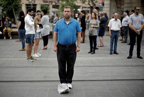 Israel hat am Donnerstag der Opfer des Holocaust gedacht. Landesweit heulten zwei Minuten lang die Sirenen. Fußgänger blieben stehen und verharrten in stillem Gedenken. AFP