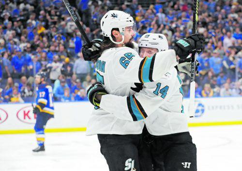 Jubel bei den Sharks Erik Karlsson und Gustav Nyquist nach dem Treffer zum 5:4. ap