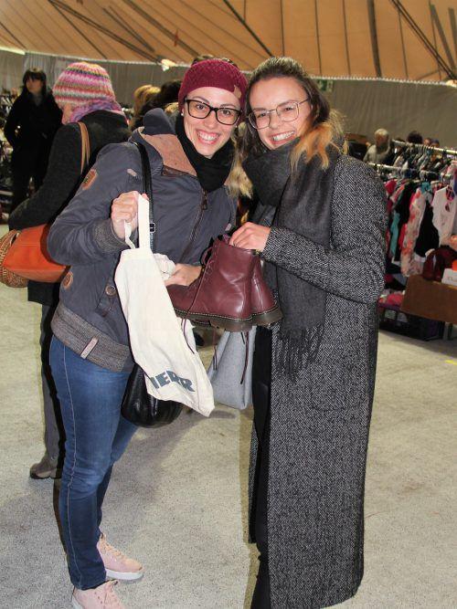Julia Trummer und Elena Rudigier freuten sich über ihr Schnäppchen.