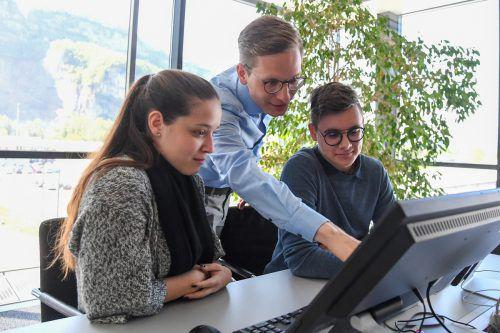 Julian Brunner (M) bringt Lehrlinge mit viel Begeisterung auf den Weg. Auch Top-Weiterbildungsmöglichkeiten sind große Karrierechancen. lerch