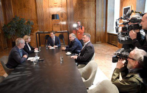 Kanzler Kurz traf sich am Donnerstag mit Oppositionsvertretern zum Gespräch. Ob sie ihm das Misstrauen aussprechen, bleibt offen.