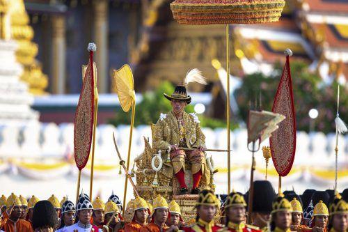 König Maha Vajiralongkorn wurde auf einer Sänfte durch die Stadt getragen. AP