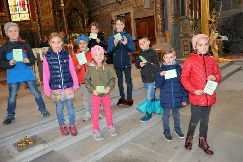 Kürzlich gingen die Kinder aus dem Hatlerdorf den Versöhnungsweg, der sie näher zu ihrer Erstkommunion am 19. Mai führt.eh