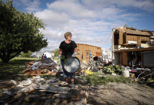 Lorraine Hoeft steht inmitten der Überreste ihres Zuhauses in Charles City, Iowa. ap