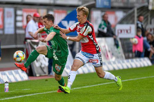 Lustenaus Abwehrspieler Pius Dorn (links) hatte einige Probleme mit Ried-Angreifer Marco Grüll.gepa