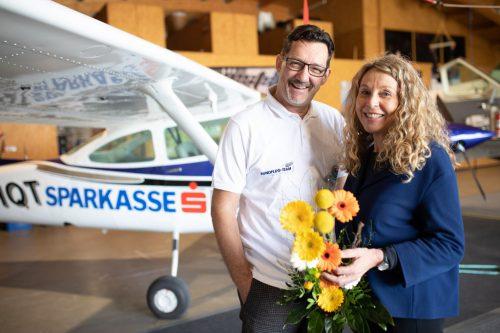 Mag. Christel Schwendinger überbrachte symbolisch die Flugzeugpatenschaft der Vorarlberger Sparkassen an Andreas Seeburger vom Rundflugteam in Hohenemsrft
