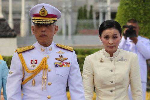 Maha Vajiralongkorn ernannte seine vierte Ehefrau umgehend zur Königin. RTS