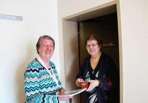 Margit Eidler (l.) sammelt im Juni für die Lebenshilfe in Dornbirn. Lebenshilfe