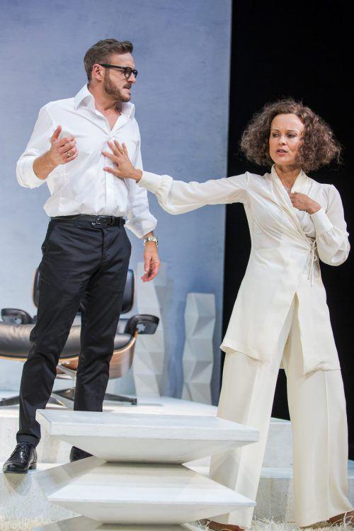 """Martina Stilp (Kathrin) und Martin Niedermair (Arnold) im Stück """"Die Niere"""" von Stefan Vögel in den Wiener Kammerspielen. Theater in der Josefstadt/A. Knie"""