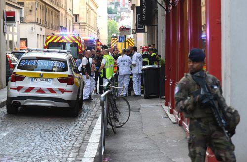 Medienberichten zufolge explodierte nahe einer Bäckerei auf dem Boden ein Beutel oder Koffer, der einen Sprengsatz mit Schrauben enthalten haben soll. afp