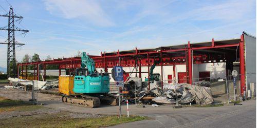 Mit dem Abbruch der alten Lagerhalle hat in Hörbranz das Hofer-Projekt begonnen.