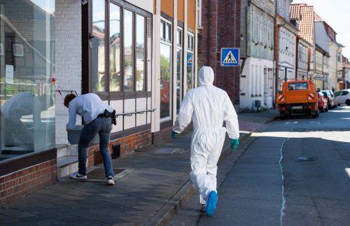 Mitarbeiter der Spurensicherung untersuchten den Tatort. AFP