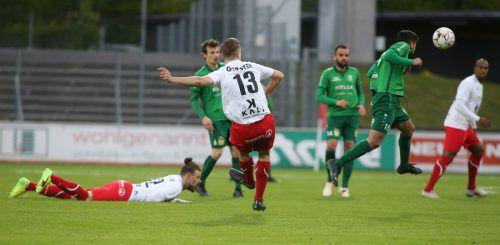 Mittelfeldmann Anes Omerovic (Nummer 13) erzielte den Treffer zur erstmaligen Führung für den FC Dornbirn. Am Boden liegend schaute Deniz Mujic dem Ball nach.Hartinger
