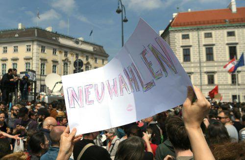 Nach Bekanntwerden des Ibiza-Videos trafen sich Demonstranten vor dem Kanzleramt.