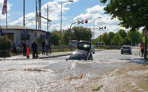 Nach einem Wasserrohrbruch hat sich auf einer Straße ein großes Loch aufgetan. dpa
