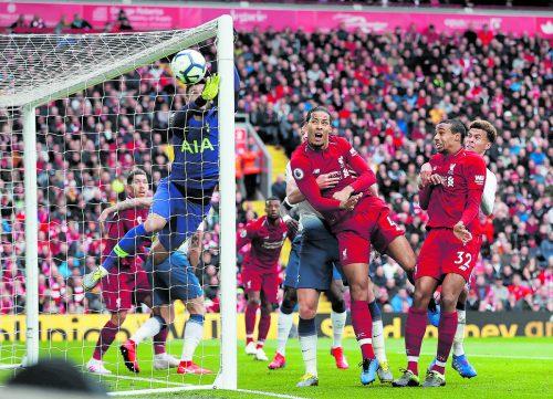 Neuauflage im Champions-League-Finale: Die Liverpooler Virgil van Dijk und Joel Matip gegen Tottenhams Dele Alli und Hugo Lloris. ap
