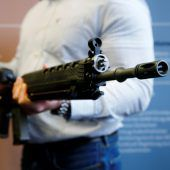 Schweiz verschärft ihr Waffenrechtund schafft Steuerprivilegien ab