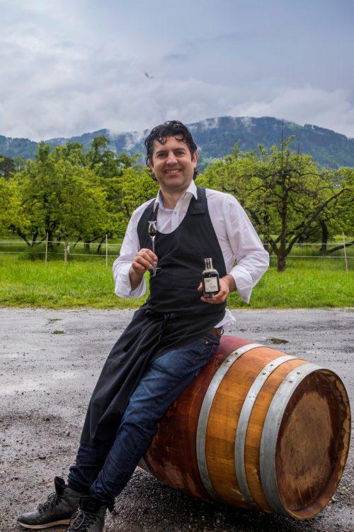 Nicola Vulai in seinem Element: Wenn er den Säuregehalt und den Zucker misst, weiß er, ob der Balsamico fertig vergoren ist. VN/Paulitsch