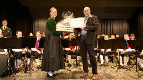 Obfrau Lucia Mündle ehrte das neue Ehrenmitglied Erich Nachbaur für seine vierzig Jahre als Musikant. S. Kathan