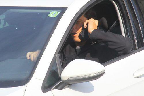 Österreichs Autofahrer führen laut einer Erhebung insgesamt täglich Hunderttausende Telefonate am Steuer. VN/hb
