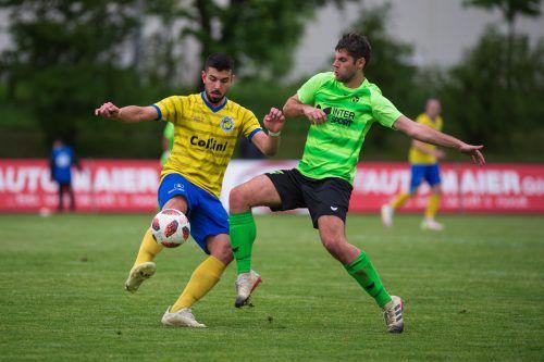 Offensivmann Abdül Kerim Kalkan, zweifacher VfB-Torschütze, im Duell mit Alexander Simoner (rechts).VN-stiplovsek