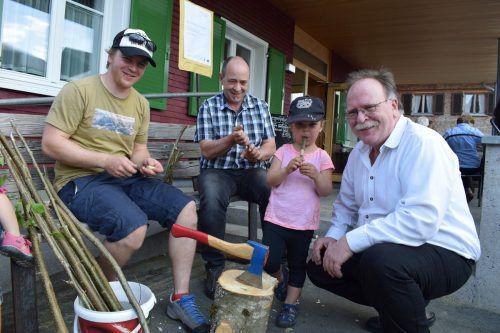 Othmar Bilgeri und sein Team zeigen beim Bänklefest, wie Maipfeifen geschnitzt werden. me