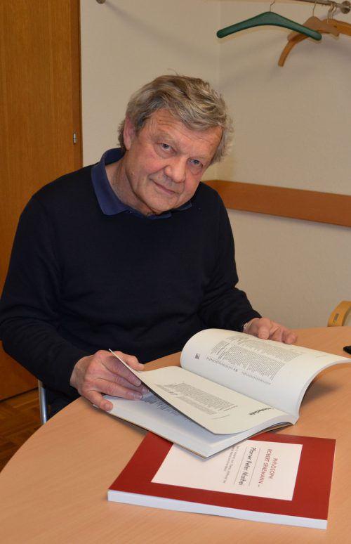 Pfarrer Peter Mathei stellt seine beiden neuen Bücher vor. VN/HRJ