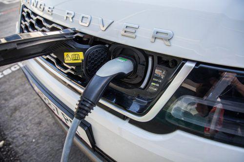 Prestige in Form gebracht: Den schicken Range Rover Sport gibt es auch mit Batterie-Unterstützung.VN/Steurer