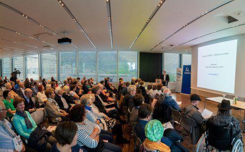 Primar Richard Bauer verstand es bestens, dem Publikum im Panoramasaal des LKH Feldkirch die Kompliziertheit von Eingriffen am Gehirn verständlich darzustellen. vn/stiplovsek