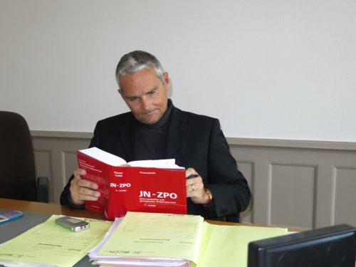Richter Walter Schneider studierte die Vorprozessakten.lag