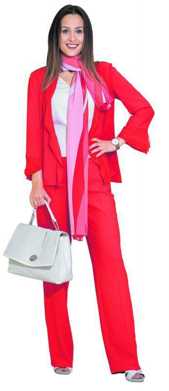Rot in Rot             Lisa aus Dalaas trägt ein Outfit von Kräutler Mode in Götzis: Stoffjacke (299), Pullover (199,90), Hose (229), Schal (149,90), alles von Marccain, sowie eine Tasche von Coccinelle (395) und Schuhe von Café Noir (125). VN/Steurer