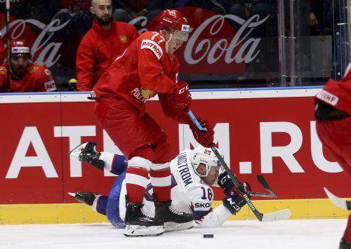 Russland, im Bild Kirill Kaprizoz gegen Tobias Lindström, gewann Spiel eins.ap