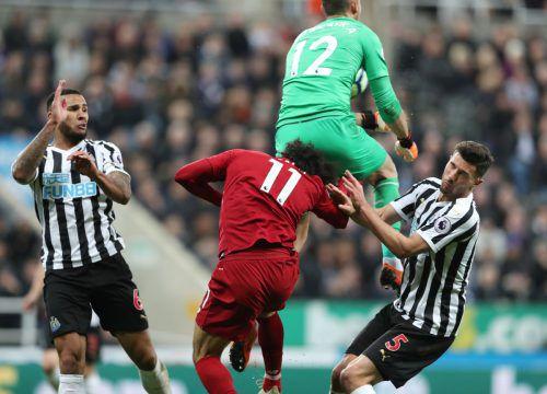 Salah verletzte sich beim Zusammenprall mit Newcastles Martin Dubravka.Reuters