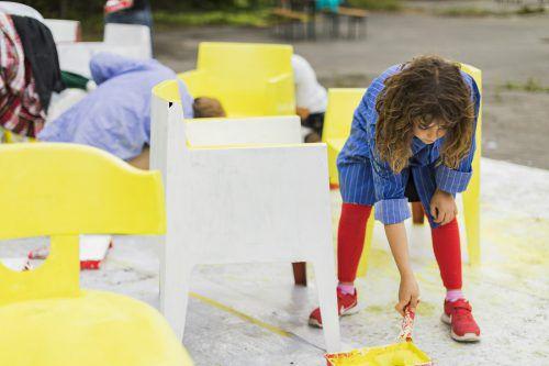 Schüler aus Feldkirch haben die Stühle bemalt, die zum Ausruhen einladen, aber auch auf die Veranstaltungsorte in Feldkirch hinweisen. VAI/Todorovic