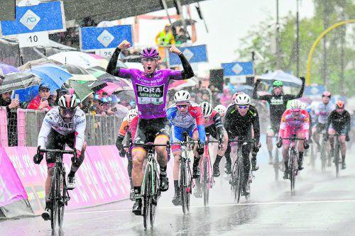 Sieg auf Etappe fünf, Pascal Ackermann jubelt bei der Zieldurchfahrt. ap