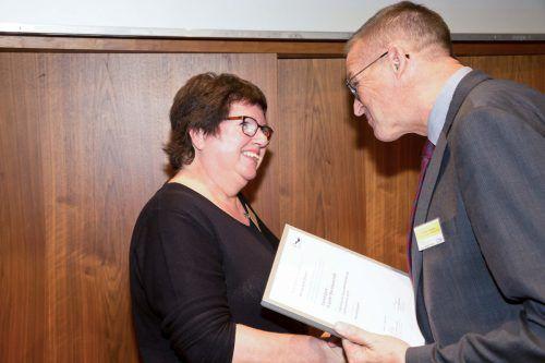 Silvia Gächter (Projektmitarbeiterin) und Gesundheitslandesrat Christian Bernhard freuen sich über die Auszeichnung. Stadt