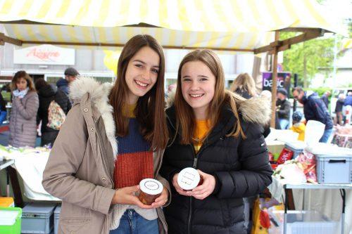 Sophia Simon und Magdalena Schlierenzauer mit ihrer selbstgemachten Erdbeermarmelade und Kuchen im Glas.bin