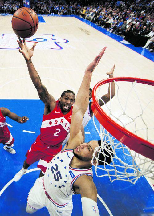 Starduell: Ben Simmons (76ers) beim Versuch, Kawhi Leonard (l.) zu blocken.AP