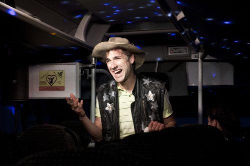 Tobias Fend ist nicht nur Schauspieler, Autor und Sänger, sondern jetzt auch Busfahrer. Cafe Fuerte/Fuksa