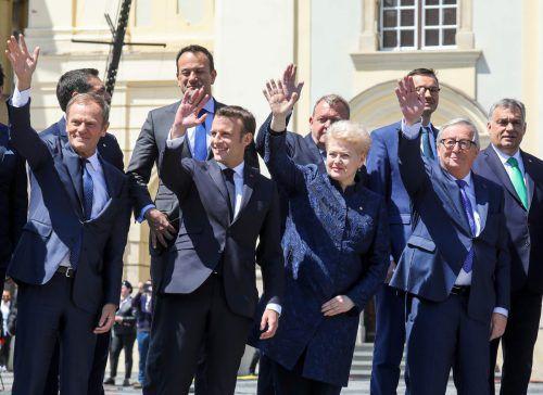 Tusk (vorne v.l.), Macron, Grybauskaite,undJuncker trafen sich mit den anderen Staats- und Regierungschefs in Sibiu.AFP
