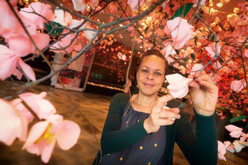 """Veronica Hodges zeigt einen Teil ihrer Ausstellung """"Cherish"""". VN/Stip."""