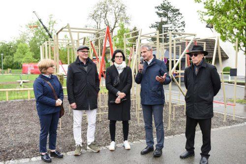 Vor dem neuen Kunstwerk posierten Jutta Dieing von der Kulturabteilung der Stadt, Architekt Josef Jakob, die Künstlerin Veronika Dirnhofer, Bürgermeister Markus Linhart und StR Michael Rauth.