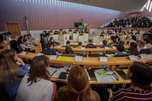 """Vorarlberger Schüler """"vertraten"""" Abgeordnete im Landtagssaal in Bregenz. VN/Paulitsch"""