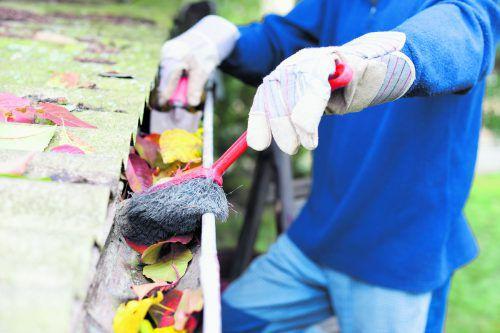Vorbeugung: verstopfte Dachrinnen können die Fassade verschmutzen.foto: shutterstock