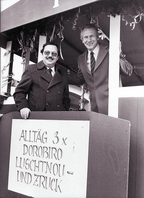 Wolfgang Rümmele mit seinem Vorgänger Rudi Sohm, dessen Amt er 1999 übernahm, bei einem Fasnatumzug.VN/Archiv
