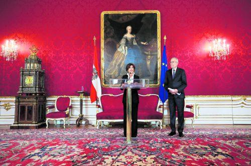 Zwei Jahre vor der Pension wurde Brigitte Bierlein (69) im Vorjahr erste Präsidentin des Verfassungsgerichtshofs, nun wird sie Österreichs erste Regierungschefin. 2003 bis 2018 war sie Vizepräsidentin des Höchstgerichts. Bierlein wird dem bürgerlichen Lager zugerechnet. Reuters
