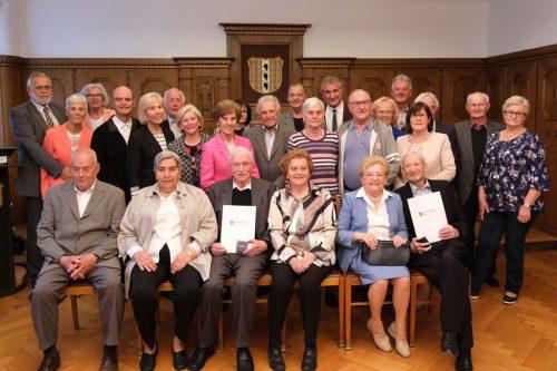 Zwölf Hochzeitspaare, darunter eine Gnaden- und eine diamantene Hochzeit, wurden im Rathaus von Bürgermeister Linhart und StR Mathis geehrt. Stadt Bregenz
